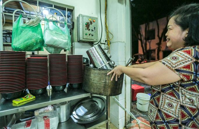 CLIP: Người dân Thủ đô dọn dẹp hàng quán xuyên đêm để đón khách trở lại - Ảnh 4.