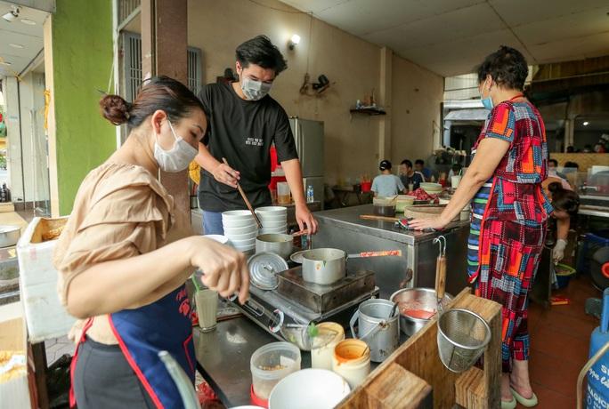 CLIP: Hàng quán Hà Nội tấp nập đón khách trở lại, chủ quán mừng ra mặt - Ảnh 5.