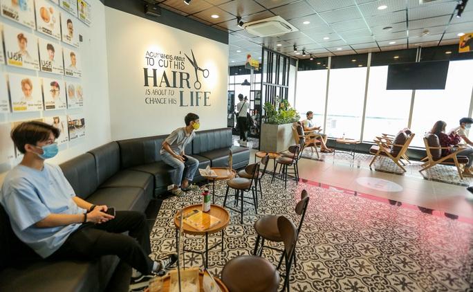 CLIP: Hàng quán Hà Nội tấp nập đón khách trở lại, chủ quán mừng ra mặt - Ảnh 9.