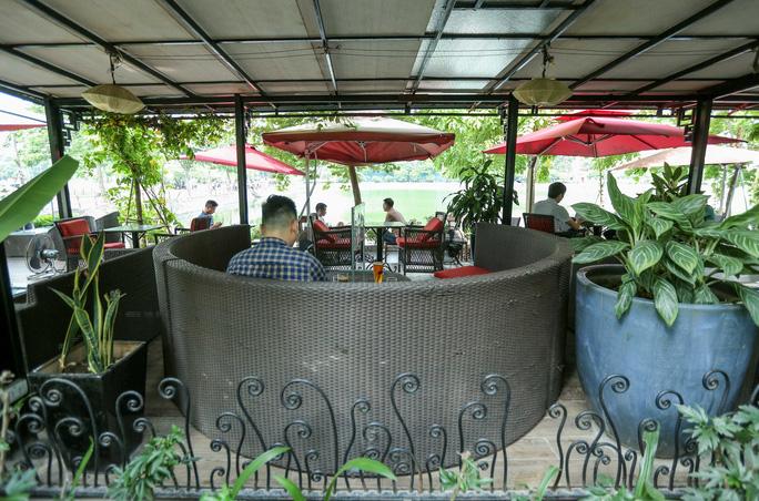 CLIP: Hàng quán Hà Nội tấp nập đón khách trở lại, chủ quán mừng ra mặt - Ảnh 13.