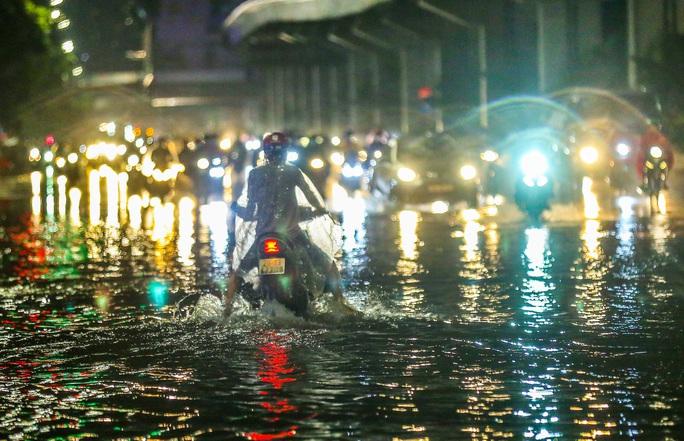 CLIP: Cơn mưa lớn giải nhiệt kéo dài khiến nhiều tuyến đường Hà Nội ngập sâu trong nước - Ảnh 2.