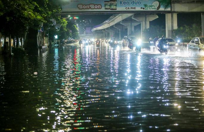 CLIP: Cơn mưa lớn giải nhiệt kéo dài khiến nhiều tuyến đường Hà Nội ngập sâu trong nước - Ảnh 3.