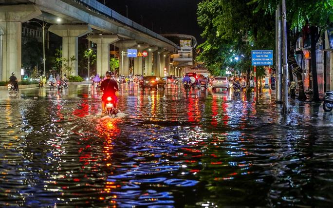 CLIP: Cơn mưa lớn giải nhiệt kéo dài khiến nhiều tuyến đường Hà Nội ngập sâu trong nước - Ảnh 4.
