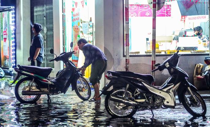 CLIP: Cơn mưa lớn giải nhiệt kéo dài khiến nhiều tuyến đường Hà Nội ngập sâu trong nước - Ảnh 7.