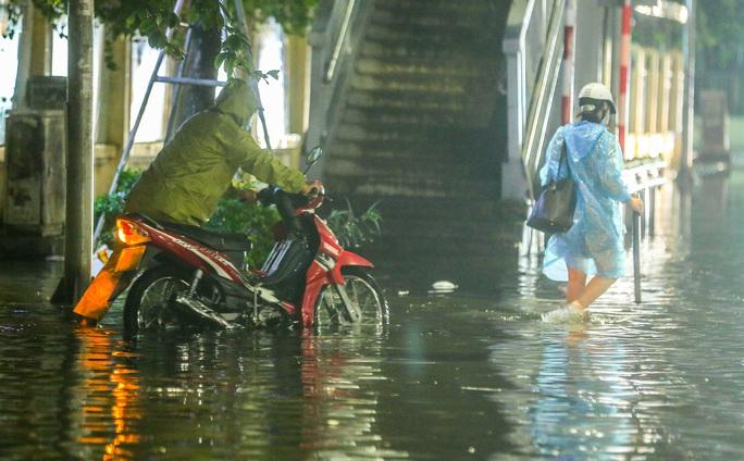 CLIP: Cơn mưa lớn giải nhiệt kéo dài khiến nhiều tuyến đường Hà Nội ngập sâu trong nước - Ảnh 6.