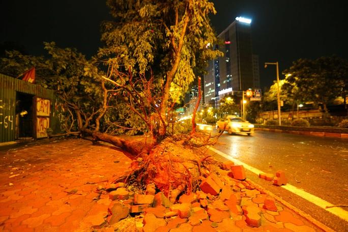 CLIP: Cơn mưa lớn giải nhiệt kéo dài khiến nhiều tuyến đường Hà Nội ngập sâu trong nước - Ảnh 15.
