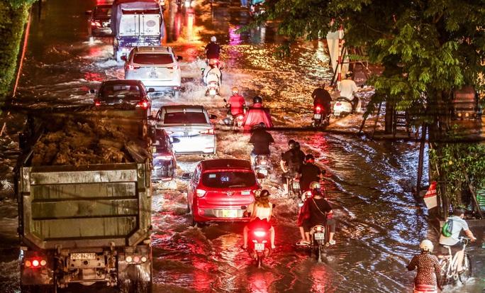 CLIP: Cơn mưa lớn giải nhiệt kéo dài khiến nhiều tuyến đường Hà Nội ngập sâu trong nước - Ảnh 11.