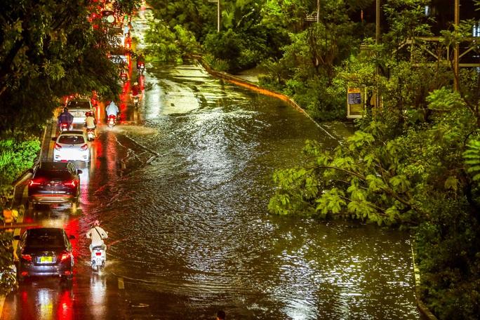CLIP: Cơn mưa lớn giải nhiệt kéo dài khiến nhiều tuyến đường Hà Nội ngập sâu trong nước - Ảnh 12.