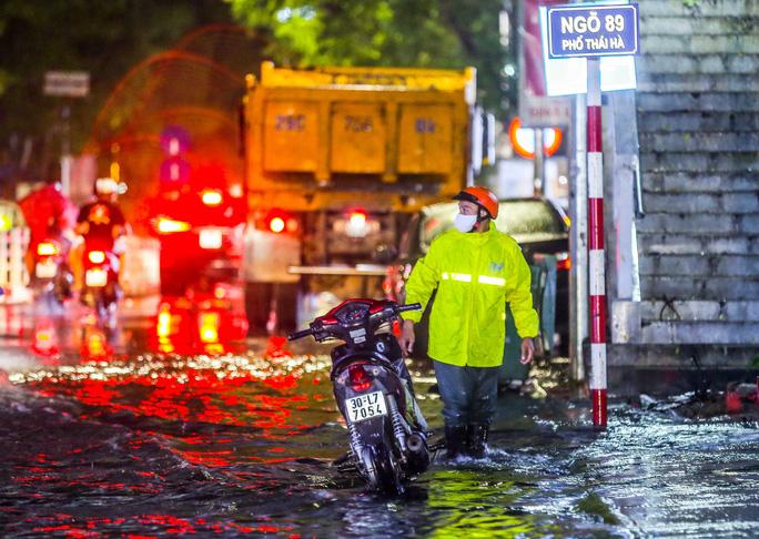 CLIP: Cơn mưa lớn giải nhiệt kéo dài khiến nhiều tuyến đường Hà Nội ngập sâu trong nước - Ảnh 14.