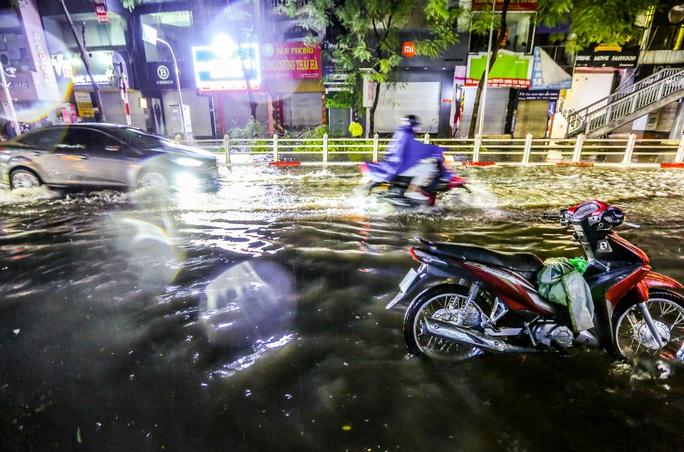CLIP: Cơn mưa lớn giải nhiệt kéo dài khiến nhiều tuyến đường Hà Nội ngập sâu trong nước - Ảnh 13.