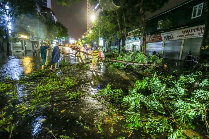 CLIP: Cơn mưa lớn giải nhiệt kéo dài khiến nhiều tuyến đường Hà Nội ngập sâu trong nước - Ảnh 16.
