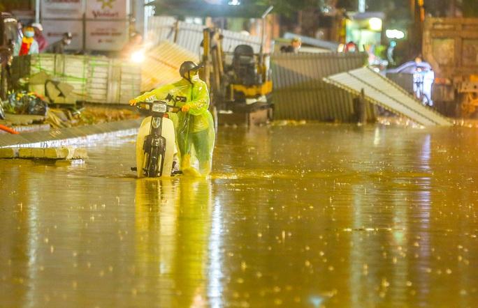 CLIP: Cơn mưa lớn giải nhiệt kéo dài khiến nhiều tuyến đường Hà Nội ngập sâu trong nước - Ảnh 9.