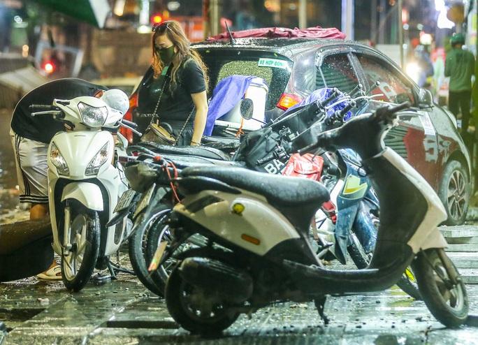 CLIP: Cơn mưa lớn giải nhiệt kéo dài khiến nhiều tuyến đường Hà Nội ngập sâu trong nước - Ảnh 10.