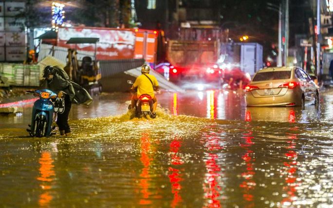 CLIP: Cơn mưa lớn giải nhiệt kéo dài khiến nhiều tuyến đường Hà Nội ngập sâu trong nước - Ảnh 8.