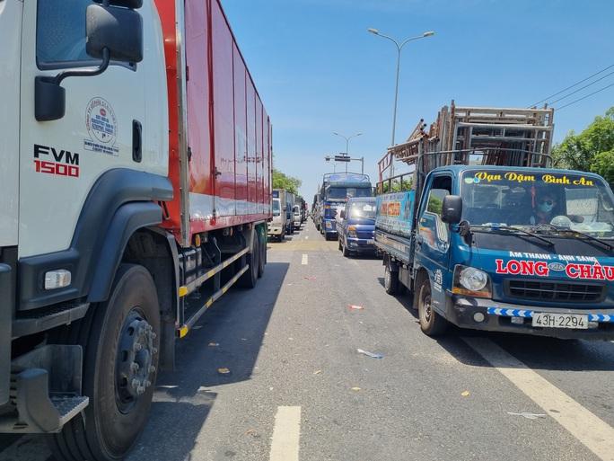 Ùn tắc ở chốt kiểm soát dịch TP Đà Nẵng, CSGT  phơi nắng phân luồng - Ảnh 3.
