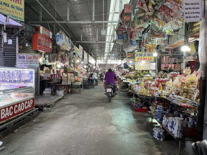 TP HCM: Các sạp chợ bán giày dép, quần áo... đồng loạt đóng cửa để chống dịch - Ảnh 16.