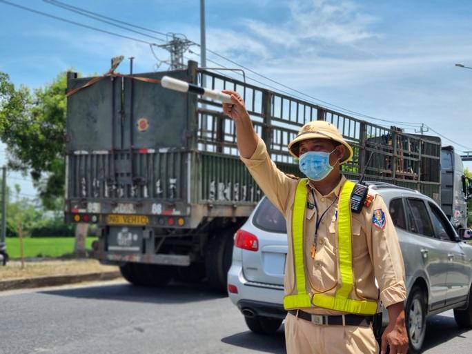 Ùn tắc ở chốt kiểm soát dịch TP Đà Nẵng, CSGT  phơi nắng phân luồng - Ảnh 6.