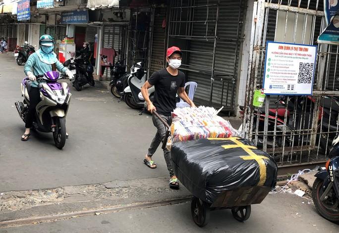 TP HCM: Các sạp chợ bán giày dép, quần áo... đồng loạt đóng cửa để chống dịch - Ảnh 1.