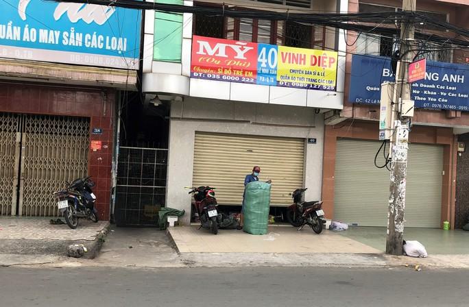 TP HCM: Các sạp chợ bán giày dép, quần áo... đồng loạt đóng cửa để chống dịch - Ảnh 2.
