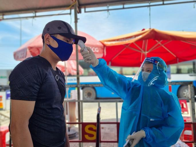 Ùn tắc ở chốt kiểm soát dịch TP Đà Nẵng, CSGT  phơi nắng phân luồng - Ảnh 8.