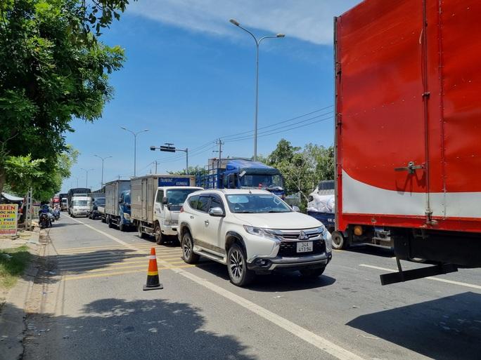 Ùn tắc ở chốt kiểm soát dịch TP Đà Nẵng, CSGT  phơi nắng phân luồng - Ảnh 2.