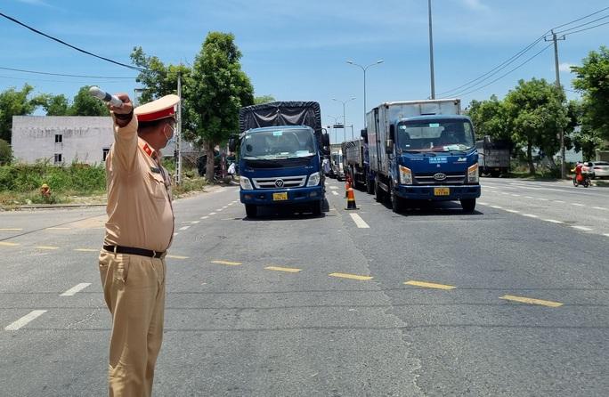 Ùn tắc ở chốt kiểm soát dịch TP Đà Nẵng, CSGT  phơi nắng phân luồng - Ảnh 5.
