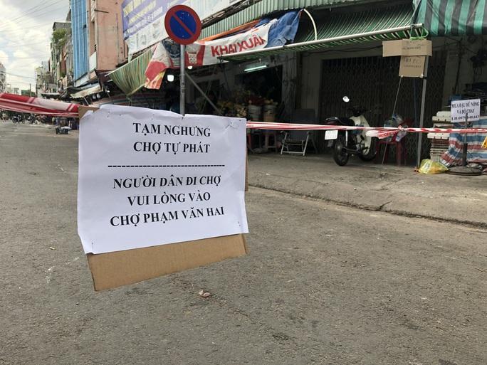 TP HCM: Các sạp chợ bán giày dép, quần áo... đồng loạt đóng cửa để chống dịch - Ảnh 8.