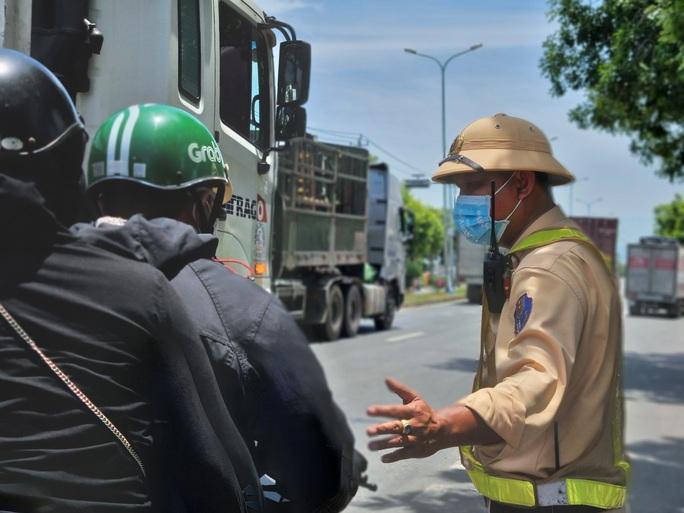 Ùn tắc ở chốt kiểm soát dịch TP Đà Nẵng, CSGT  phơi nắng phân luồng - Ảnh 4.
