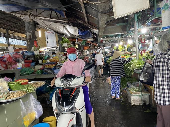 TP HCM: Các sạp chợ bán giày dép, quần áo... đồng loạt đóng cửa để chống dịch - Ảnh 11.