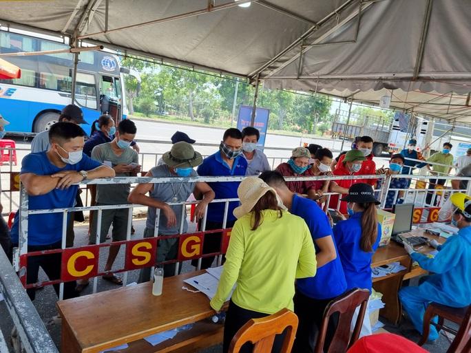 Ùn tắc ở chốt kiểm soát dịch TP Đà Nẵng, CSGT  phơi nắng phân luồng - Ảnh 9.