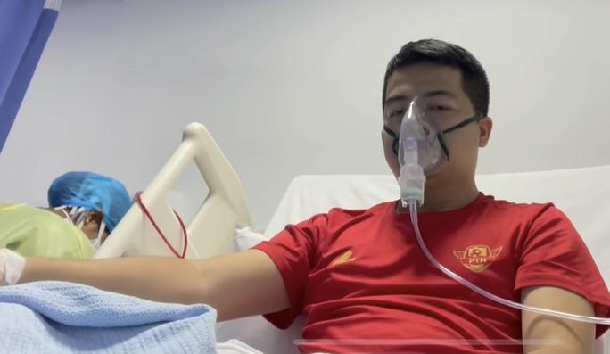 Phóng viên mắc Covid-19 khi đưa tin đội tuyển Việt Nam ở UAE vẫn phải thở oxy - Ảnh 3.