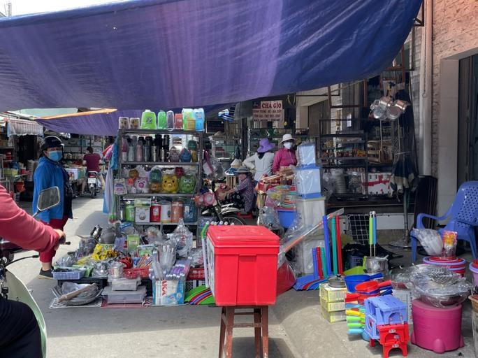 TP HCM: Các sạp chợ bán giày dép, quần áo... đồng loạt đóng cửa để chống dịch - Ảnh 15.