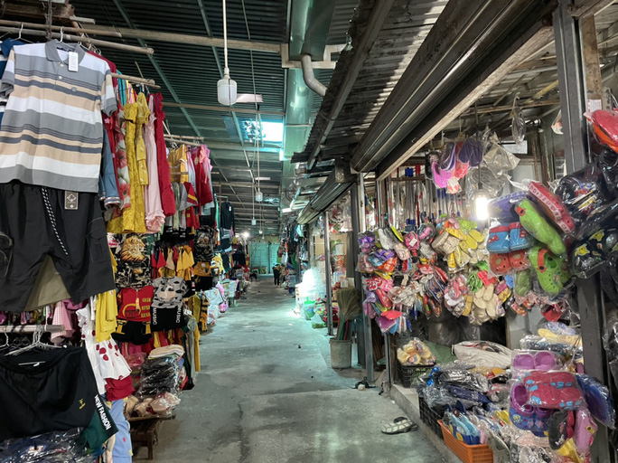 TP HCM: Các sạp chợ bán giày dép, quần áo... đồng loạt đóng cửa để chống dịch - Ảnh 17.