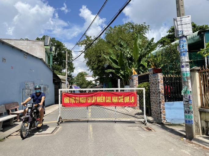 TP HCM: Các sạp chợ bán giày dép, quần áo... đồng loạt đóng cửa để chống dịch - Ảnh 18.
