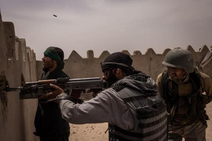 Lãnh chúa và dân thường cầm vũ khí sống chết với Taliban - Ảnh 1.
