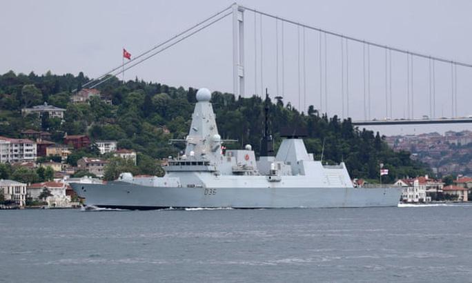 Nga thả bom cảnh cáo tàu chiến Anh ở biển Đen - Ảnh 1.