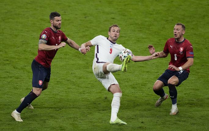 Raheem Sterling tỏa sáng, tuyển Anh bất bại vào vòng 1/8 Euro 2020 - Ảnh 5.