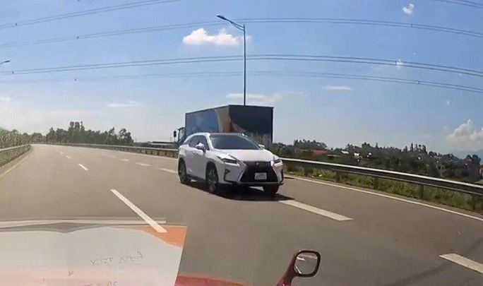 Tài xế xe Lexus chạy ngược chiều trên cao tốc cho phép tốc độ tối đa 100 km/giờ - Ảnh 1.