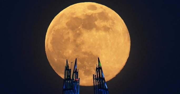 Đêm nay, Việt Nam đón siêu trăng dâu – trăng khổng lồ cuối cùng của năm - Ảnh 1.
