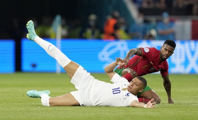 Ronaldo lập 3 kỷ lục giúp Bồ Đào Nha vào vòng 1/8 Euro 2020 chạm trán tuyển Bỉ - Ảnh 1.