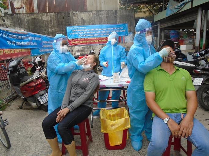 TP HCM: Ca nhiễm SARS-CoV-2 đi chợ, xét nghiệm khẩn 420 người - Ảnh 1.