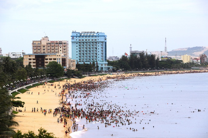 Bình Định cấm tắm biển, dừng phục vụ ăn uống tại chỗ từ hôm nay - Ảnh 1.