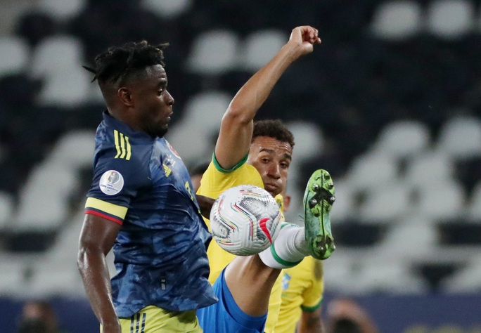 Ngược dòng nghẹt thở hạ Colombia, Brazil giành vé tứ kết Copa America - Ảnh 1.