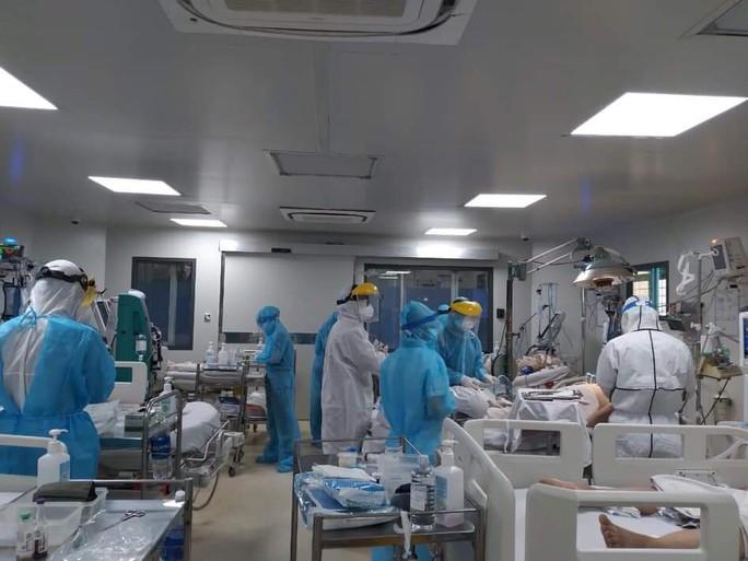 Bên trong bệnh viện bị phong tỏa: Nỗ lực cứu 14 bệnh nhân Covid-19 nguy kịch - Ảnh 1.