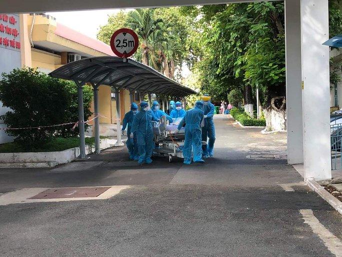 Bên trong bệnh viện bị phong tỏa: Nỗ lực cứu 14 bệnh nhân Covid-19 nguy kịch - Ảnh 2.