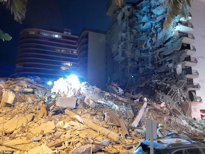 Mỹ: Tòa nhà 12 tầng bất ngờ đổ sập lúc rạng sáng - Ảnh 2.
