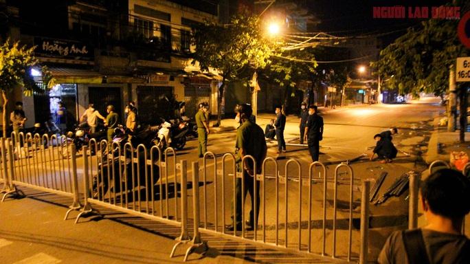 Cận cảnh nội bất xuất, ngoại bất nhập ở 6 địa điểm tại Hóc Môn đêm 25-6 - Ảnh 1.