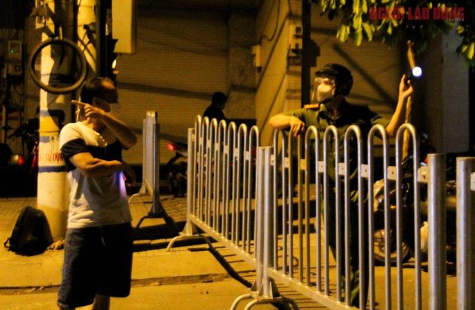 Cận cảnh nội bất xuất, ngoại bất nhập ở 6 địa điểm tại Hóc Môn đêm 25-6 - Ảnh 4.