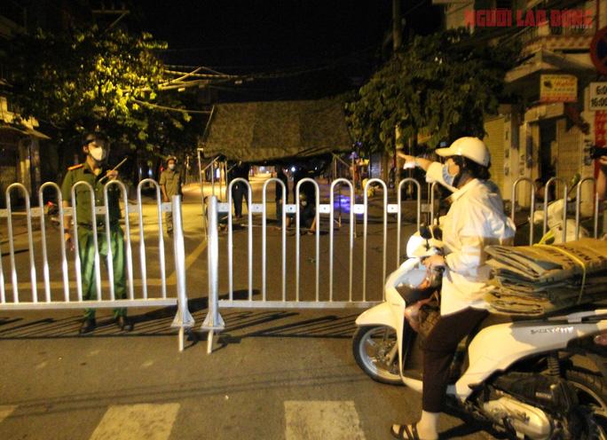 Cận cảnh nội bất xuất, ngoại bất nhập ở 6 địa điểm tại Hóc Môn đêm 25-6 - Ảnh 6.