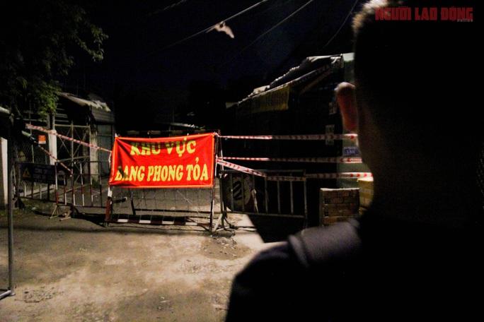 Cận cảnh nội bất xuất, ngoại bất nhập ở 6 địa điểm tại Hóc Môn đêm 25-6 - Ảnh 8.